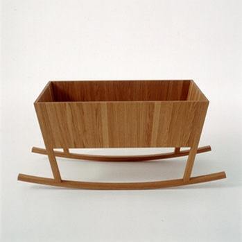Jonas Lindvall, cunas de diseño, cuna de madera de nogal de Jonas Lindvall