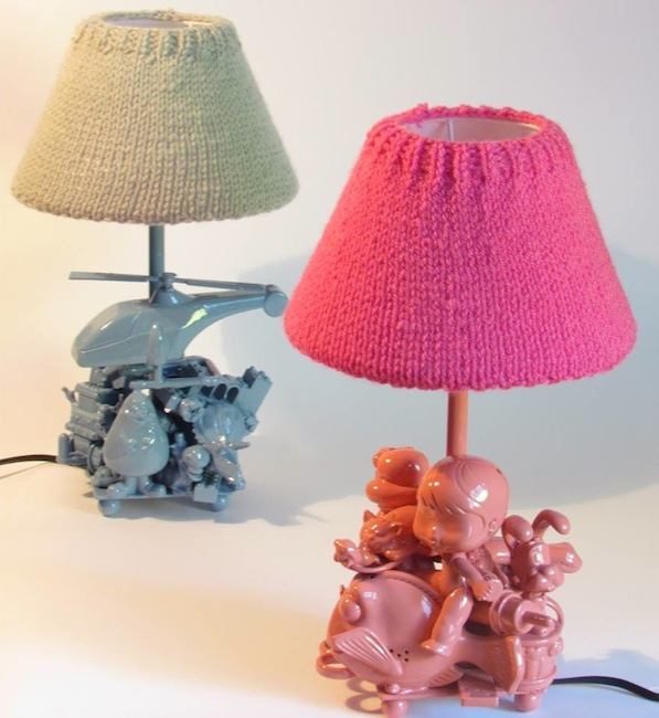 L mparas de pie para ni os con juguetes reciclados - Como hacer lamparas de pie ...