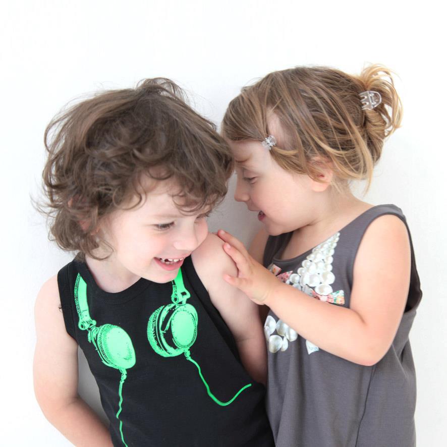 Camisetas, vestidos y buzos para niños con bonitos estampados