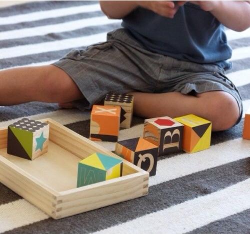 Juguetes de madera para bebés de Dwell Studio